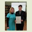 Благодарность библиографу Варданян Л.А. вручает главный библиотекарь Краеведческого Информационного Центра Флегонтова  Е.Н.